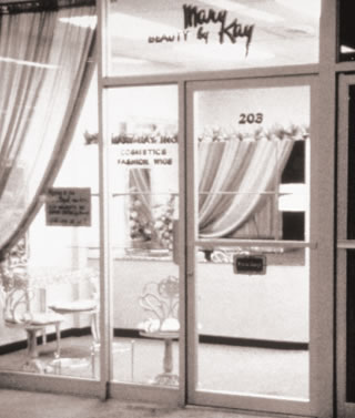 Mary Kay Ash abre as portas da Beauty by Mary Kay em 13 de setembro de 1963 em Dallas, Texas.